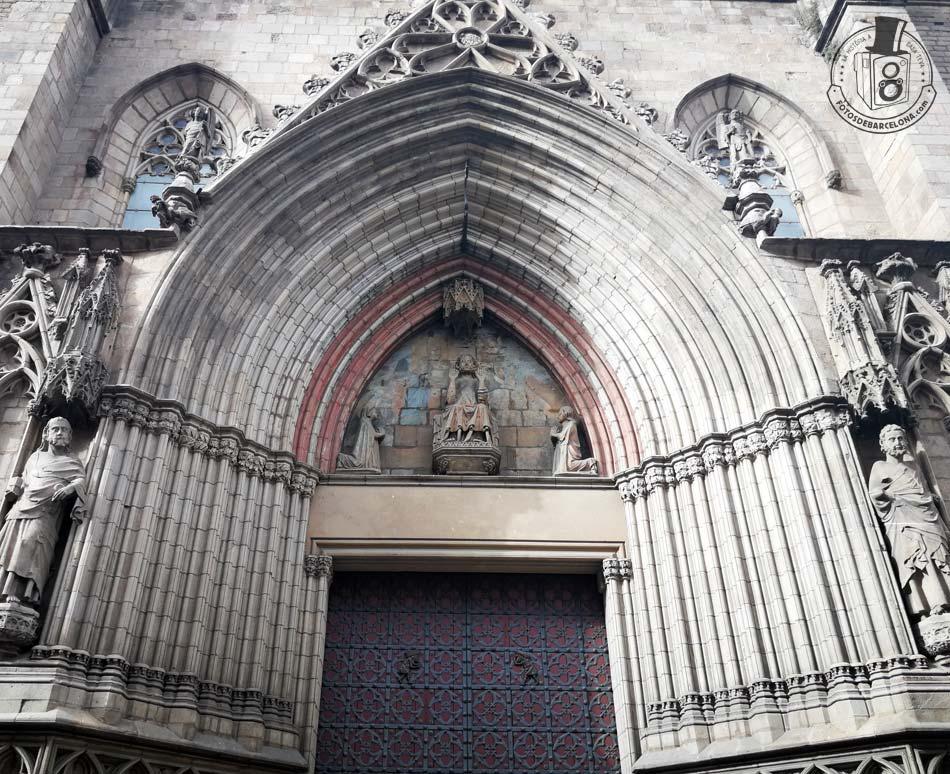 Puerta de la fachada principal de la basílica de Santa Maria del Mar
