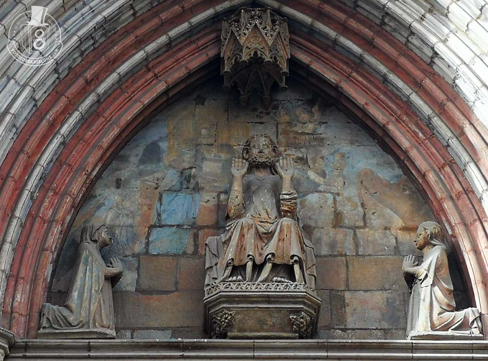 Tímpano de la fachada principal de la basílica de Santa Maria del Mar