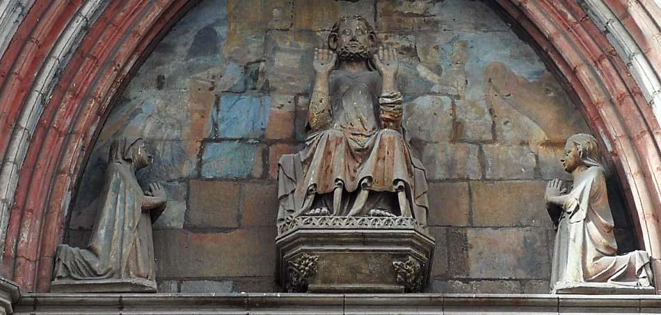 Tímpano de la fachada principal de Santa María del Mar de Barcelona