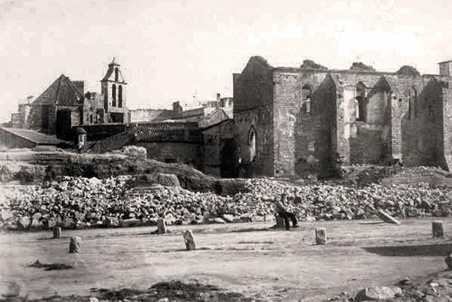 Fotografia de voltants de l'any 1855, on encara s'observen restes antigues al costat de l'església de Santa Anna.