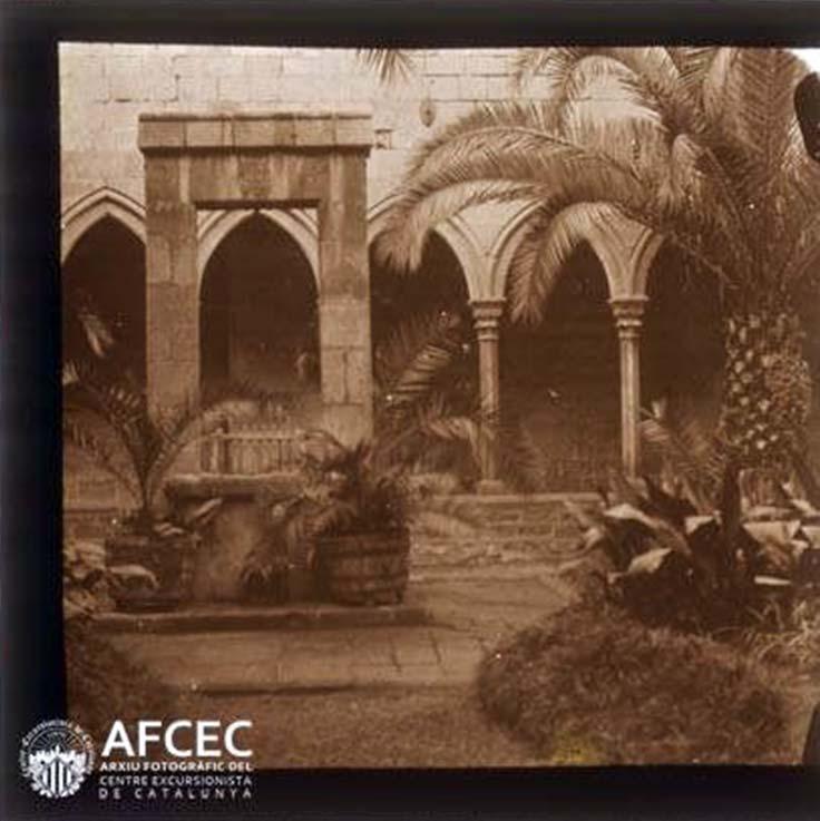 Detall del pou del claustre del monestir de Santa Anna de Barcelona. Fragment de la Fotografia estereoscòpica realitzada en l'any 1920.