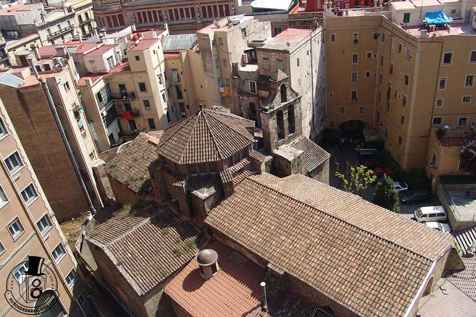 Vista superior de l'església, encastada entre els edificis d'habitatges i oficines.
