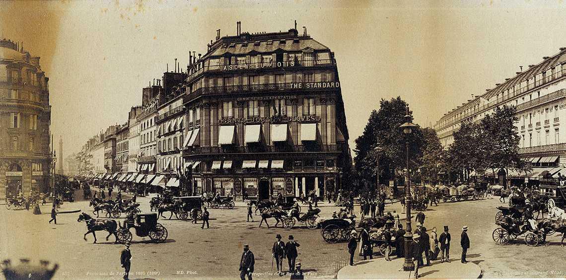 Detalle de la foto panorámica de la plaza de la Ópera de París en 1888. Fotografía de Paul Moëssard