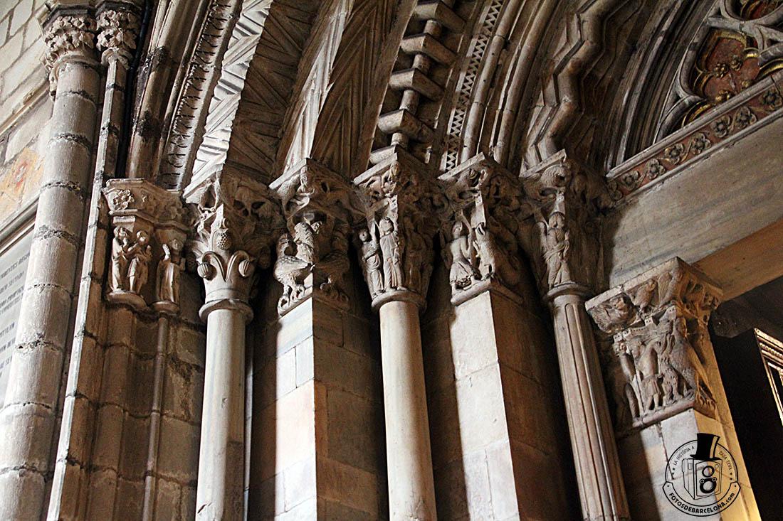 Conjunto de capiteles de la puerta románica del claustro de la catedral de Barcelona. Fotosdebarcelona.com