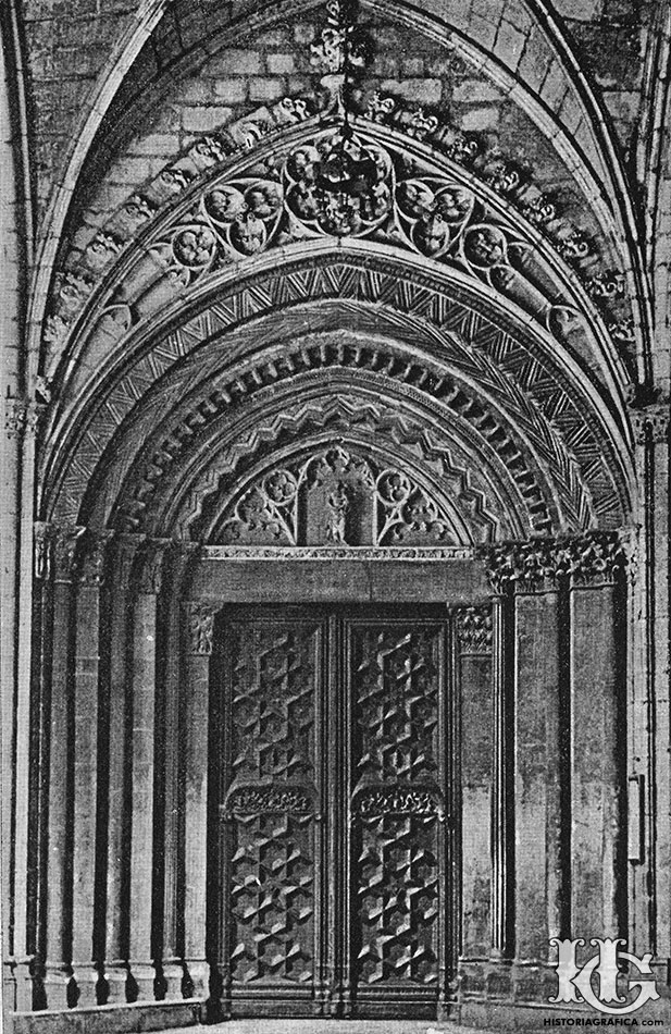 Puerta románica del claustro de la catedral de Barcelona. c.1930. Historiagrafica.com