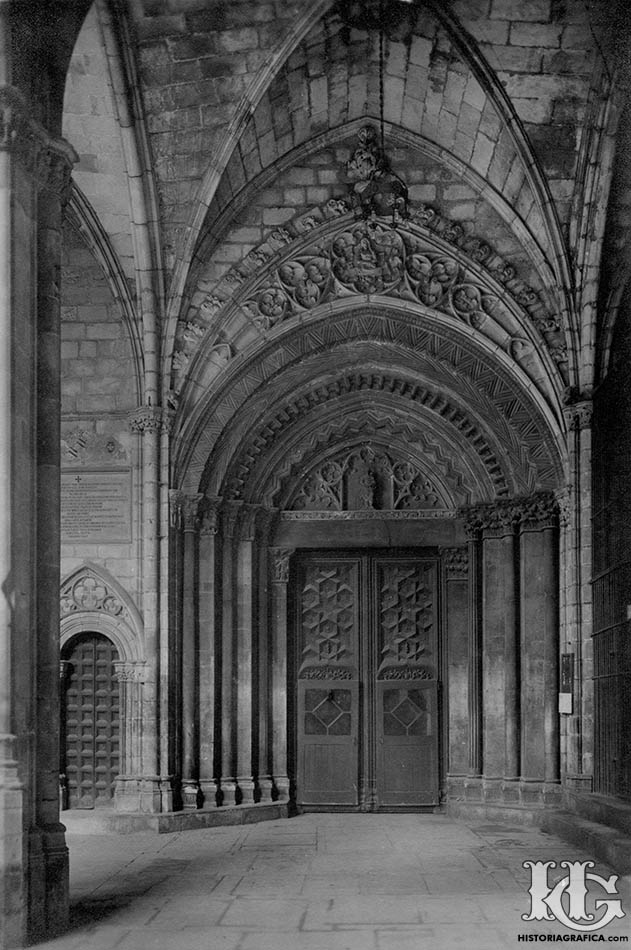 Puerta románica del claustro de la catedral de Barcelona. c.1920. Historiagrafica.com