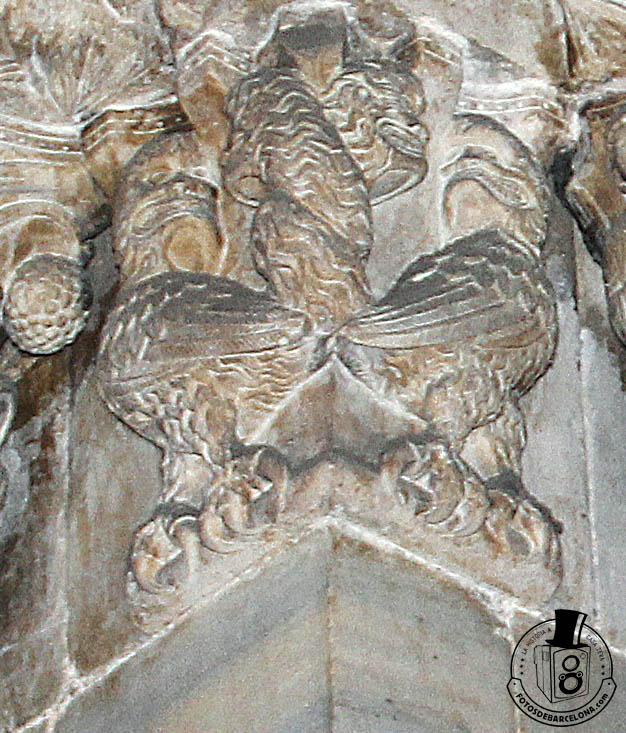 Detalle de un capitel de la puerta románica del claustro de la catedral de Barcelona. Fotosdebarcelona.com